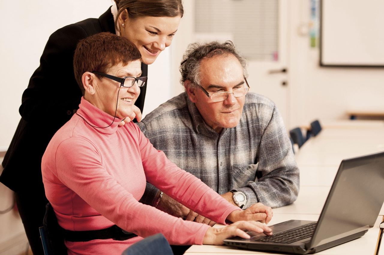 abuelos entusiasmados aprende sobre tecnología