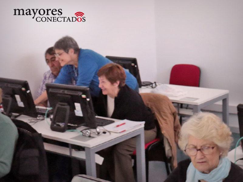 fotografía del grupo de alumnos de los cursos gratuitos presenciales de computación para adultos mayores del Programa de Mayores Conectados