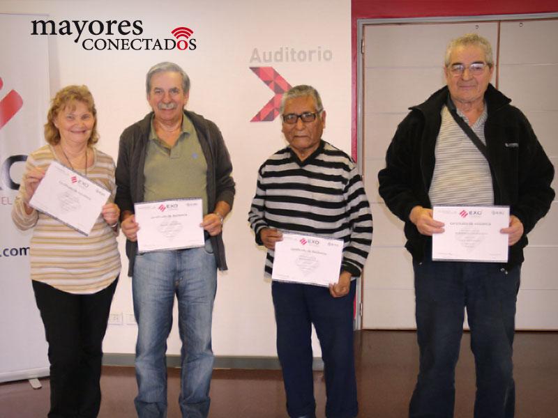 fotografía del grupo de alumnos de los cursos gratuitos presenciales de computación para adultos mayores del Programa de Mayores Conectados, exhibiendo sus certificados