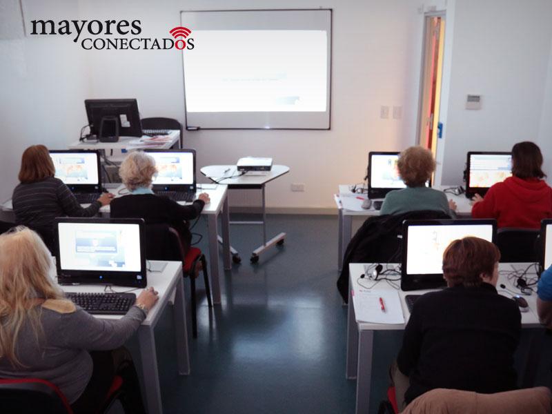 fotografía del aula durante los cursos gratuitos presenciales de computación para adultos mayores del Programa de Mayores Conectados