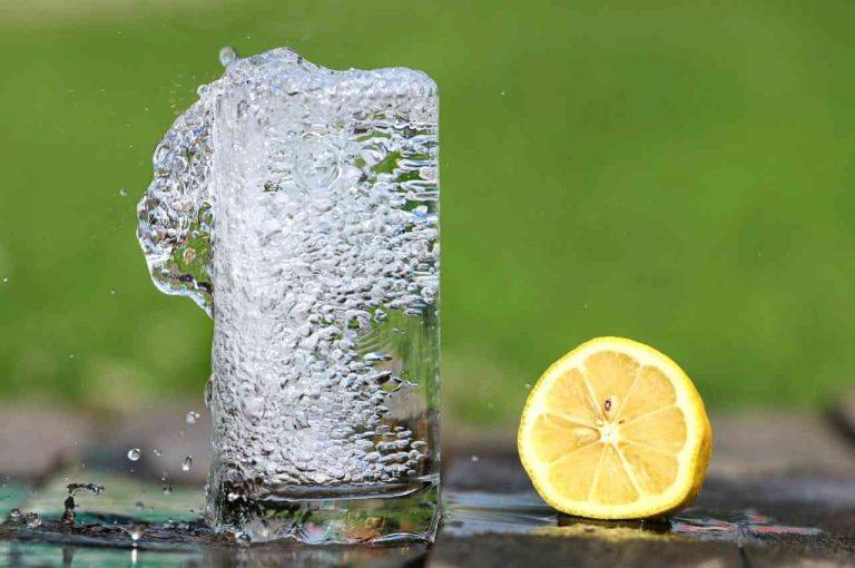 Vaso lleno de agua refrescante