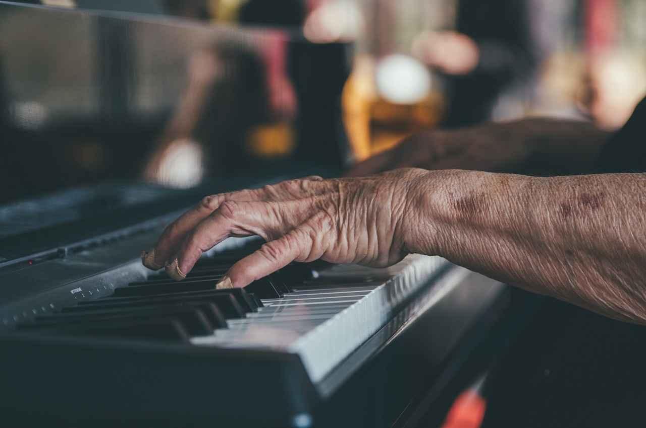 adulto tocando piano