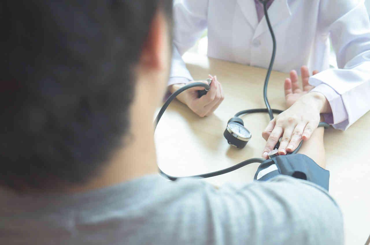 doctor toma la presión del paciente en el día mundial de la salud