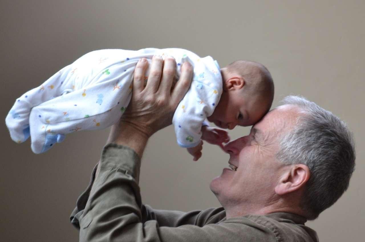 abuelo con nieto en brazos