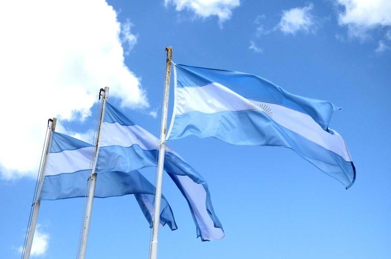 banderas argentinas en el día del himno nacional argentino
