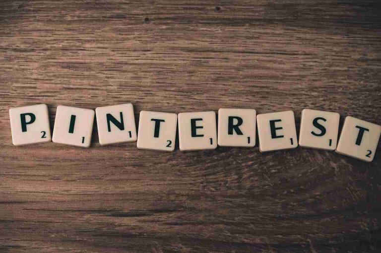 letras sobre una mesa que forman la palabra pinterest
