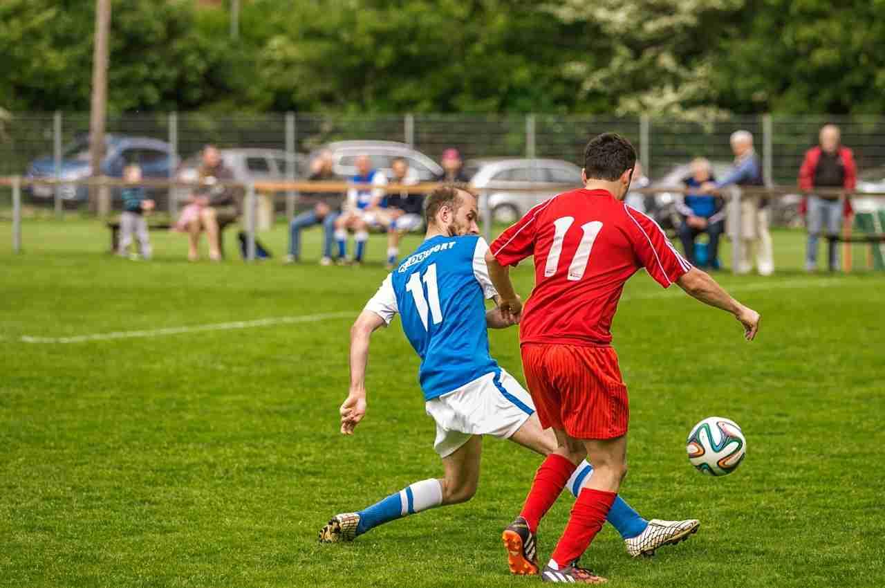 jugadores de fútbol presenciando una falta que requiere tarjetas rojas y amarillas